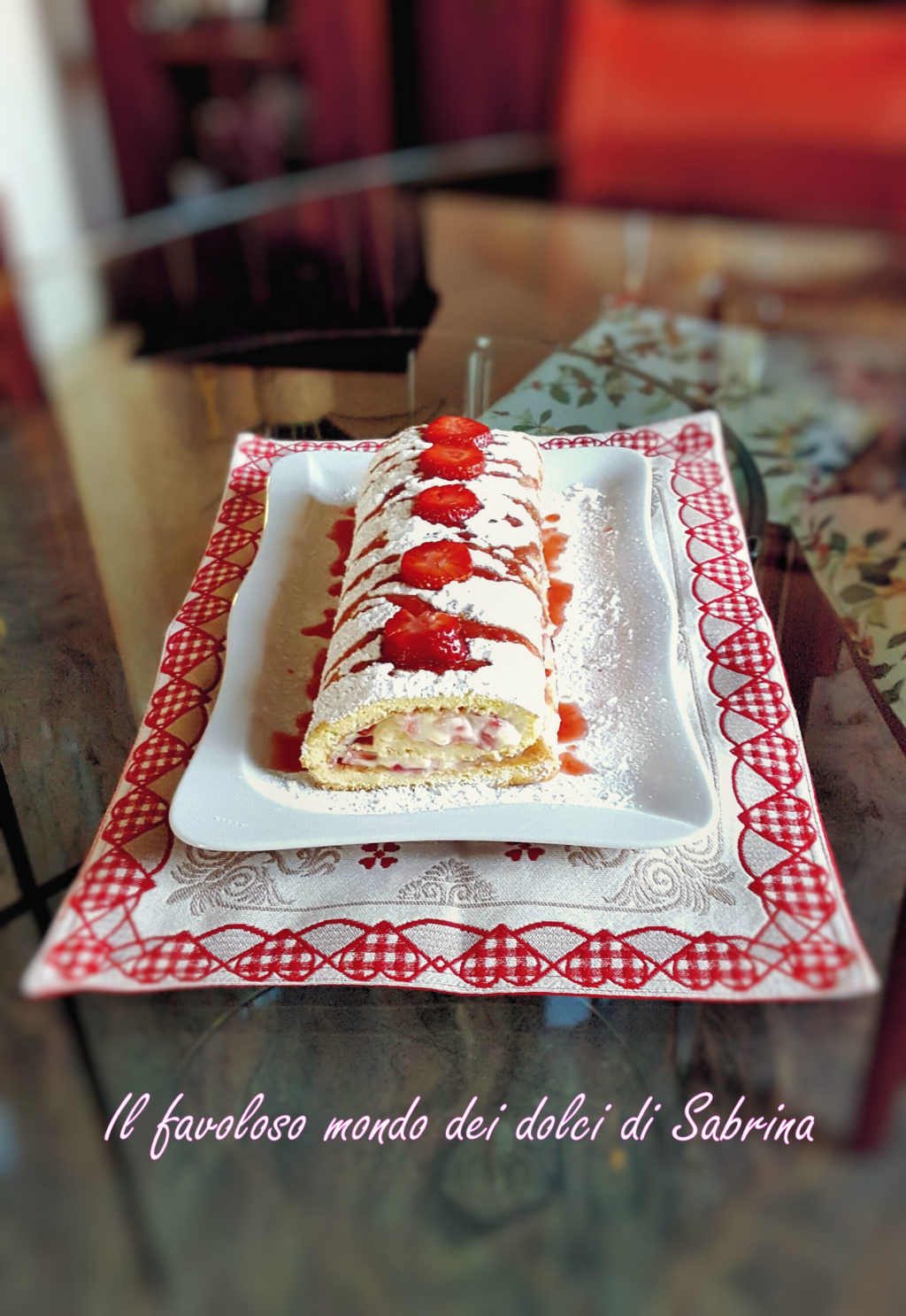 Rotolo farcito con fragole e crema chantilly all'italiana
